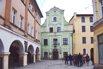 Stadtrundgang durch Straße mit historischen Häusern