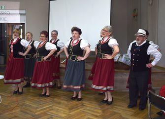 Folkloretänzerinnen und -tänzer beim Tanzen