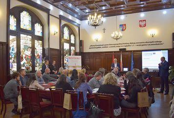 Teilnehmer/-innen im Veranstaltungsraum