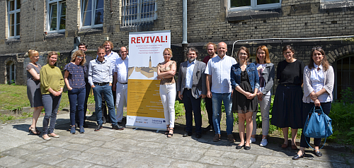 Gruppenfoto mit Rollup vom Projekt REVIVAL!