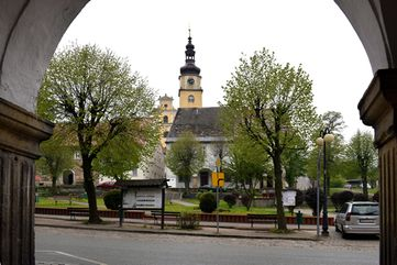 Blick durch einen Torbogen hindurch auf eine Kirche