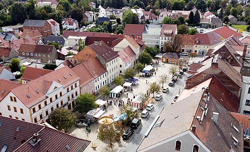 Blick von oben auf die Stadt mit Marktplatz