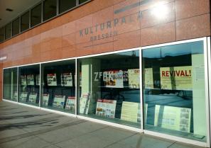 Blick auf die Ausstellung in Schaufenstern